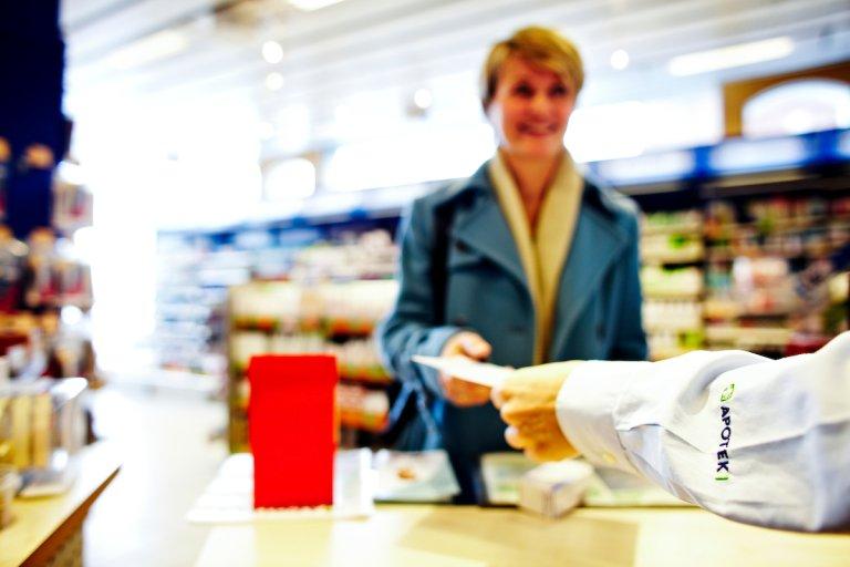 Bilde av kvinne som får medisin på apotek
